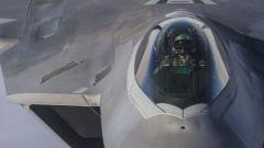 空中对峙:美F-22对俄战机射热焰弹挑衅