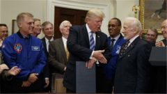 特朗普签署太空政策指令 宣布美国宇航员将重返月球