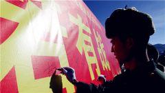 西藏军区边防退伍老兵向军旗告别