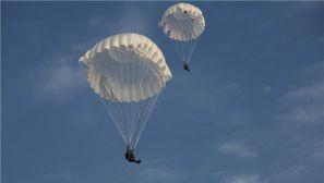 """跳伞也""""疯狂""""!看我空降新兵如何成功驾驭多种伞型"""
