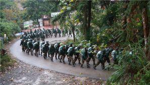 武警福州支队新兵在雨雾中野营拉练