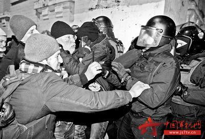 前总统支持者与乌克兰军警发生冲突