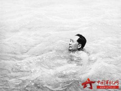 酷爱游泳的毛泽东