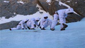 边防官兵:冒着寒风在断崖和冰层上巡逻
