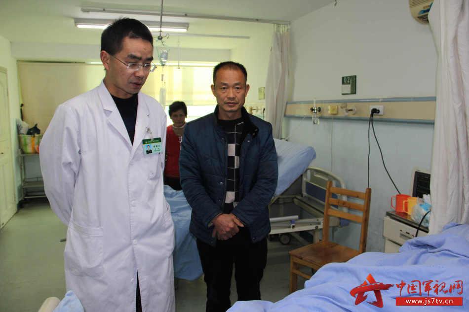 03普外科专家陈建川向袁成涛父亲介绍病情。李华时摄