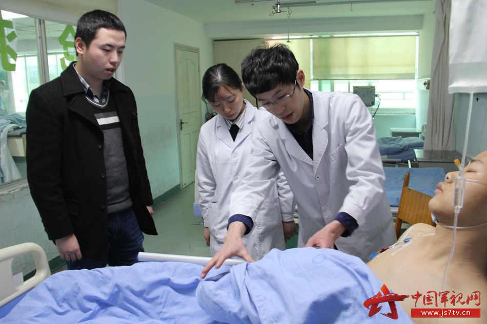 04医务人员和卫生队医生认真护理。李华时摄