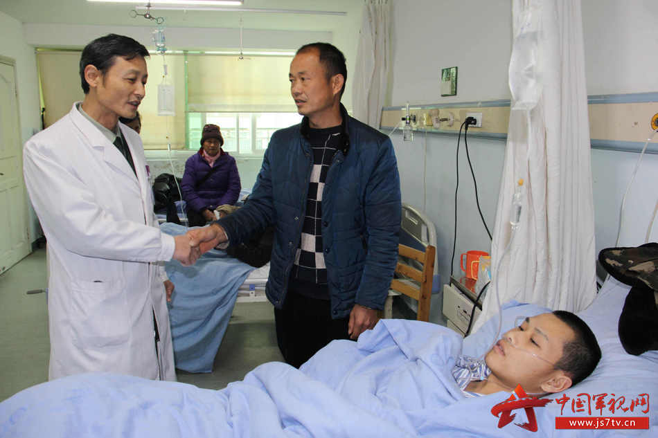 05正好遇见小袁的父亲袁升春紧紧握着普外科主任韩军的手表示感谢。李华时摄