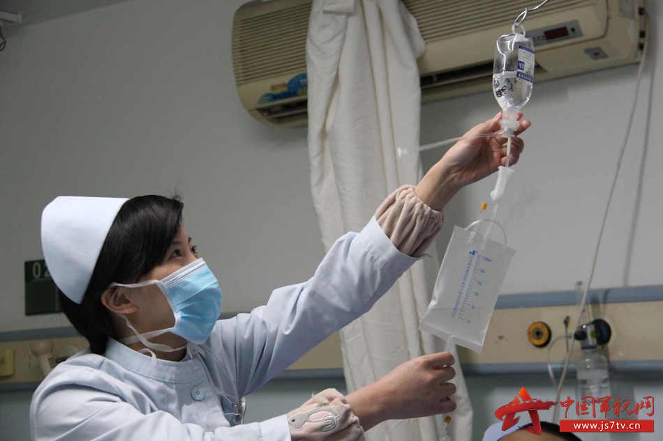 护士认真检查液体。李华时摄