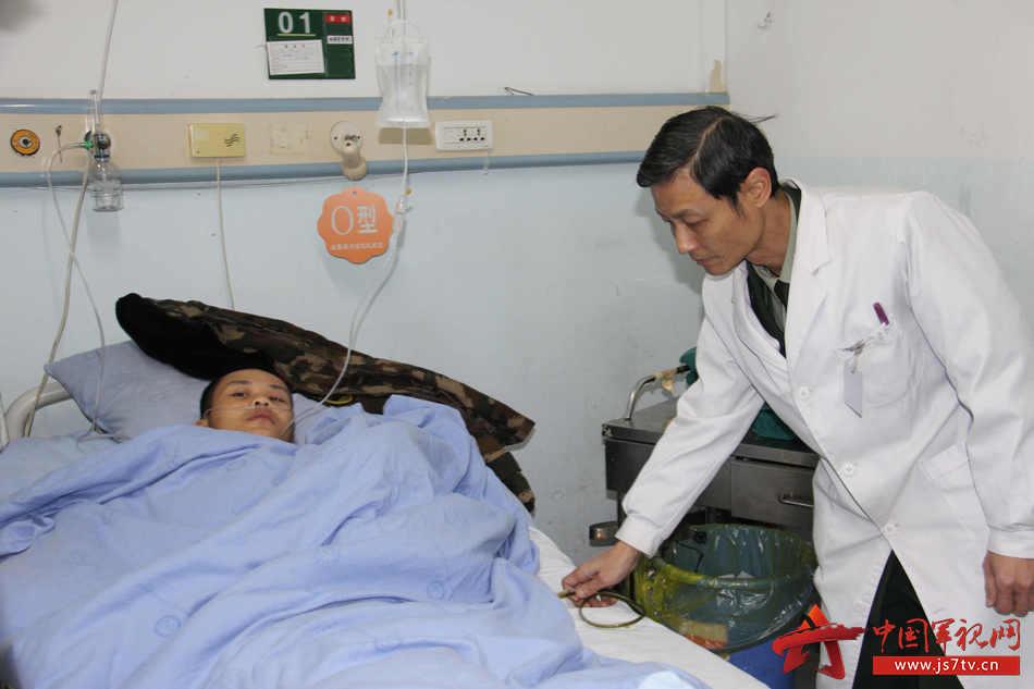 普外主任韩军正在检查导管排泄量情况。李华时摄
