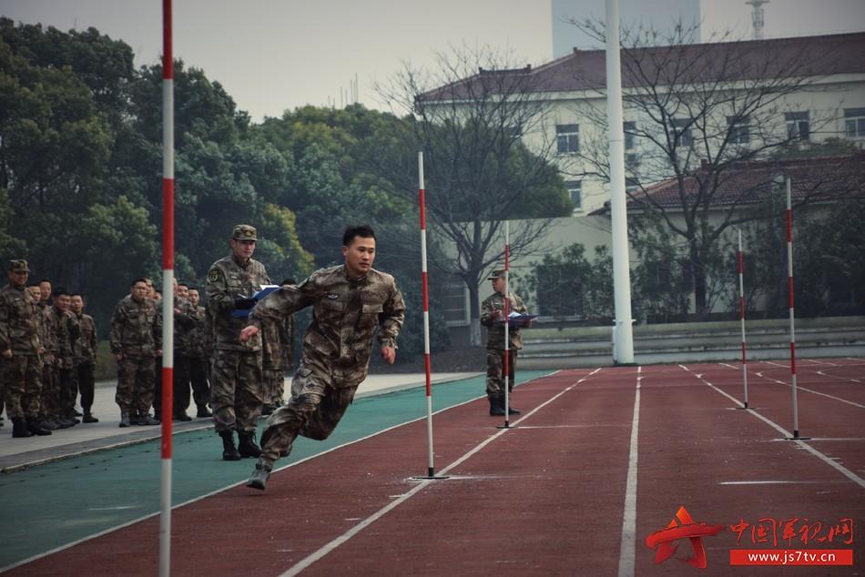 军事体能训练是提升部队战斗力,确保部队能打仗、打胜仗的基础,具有良好的军事体能素质也是对军人的基本要求。  为持续掀起群众性练兵热潮,近日,某部组织开展了一场百余名官兵参赛的群众性军事体能大比武活动,比武共设置3000米跑、30x2蛇形跑、仰卧起坐、单杠引体向上等科目。通过比赛,进一步激发了官兵练在平时、比在平时的训练比拼热情。  比武当日初雪刚过,气温骤降,寒风凛冽,但比赛现场却是一片热火朝天的景象。现场官兵同台竞技、奋勇争先、顽强拼搏;裁判认真履职、严格标准、公正打分;拉拉队员热情呐喊、加油鼓、
