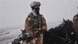 """高原风雪有多""""无情""""?骑兵的臂章都快看不见了"""