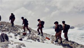 军旅图片故事|珠峰,边防军人的信念之巅