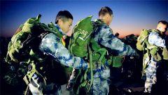 第一次跳伞 新兵们脸上写满了自信