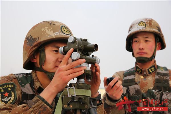 图5、争分夺秒练强军事技能。