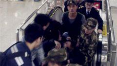 地铁站老人突然晕倒 武警战士果断实施救助