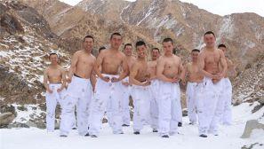 大雪天的,这群官兵上衣都不穿,不冷吗?