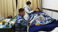 点赞!两游客被困礁石 海军军官跳海营救被冻晕