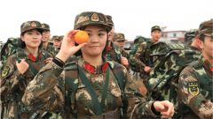 谁说女子不如男,且看拉练路上的女兵风采