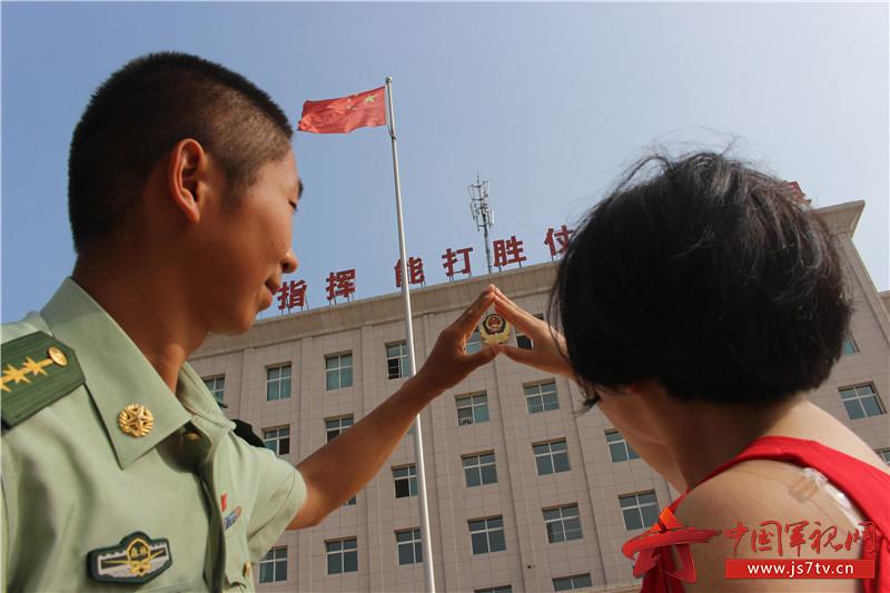 8.这一刻,我们把爱情宣言铭记在警徽上
