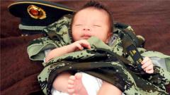 萌娃暖心照:爸爸,我也穿上了你的军装!