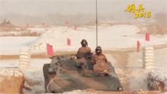 风雪漫卷 装甲战车雪地快速机动