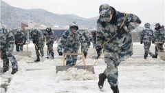 东部战区空军某场站官兵不畏严寒进行飞行保障
