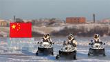 """北部战区陆军某边防旅""""黑河好八连""""官兵冒着严寒进行边境封控演练。"""