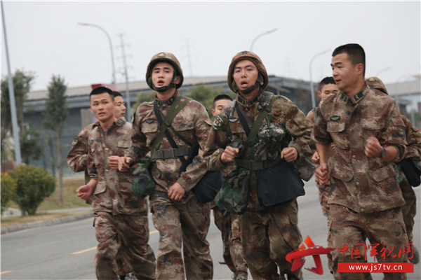 军人武装跑步简笔画