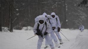 """林海雪原,女记者跟特战队员滑雪""""过招"""""""