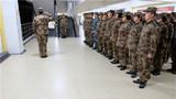 值班干部向安强大队长报告,比赛正式开始。
