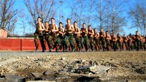 武警官兵冬季训练,赤身长跑、射击、搏击一个都不能少