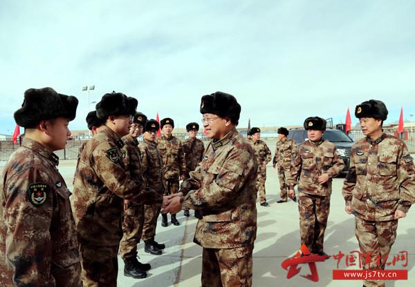 看望慰问驻守在世界屋脊上的基层官兵。宋天培摄