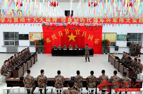 与基层官兵联欢,共迎新春佳节。宋天培摄