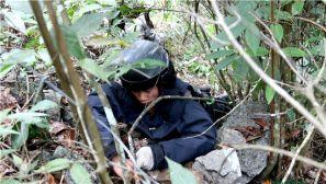 直击中越边境扫雷 官兵手牵手趟过雷场移交百姓