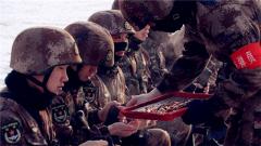 新疆军区某师:冰天雪地实弹射击官兵叫好