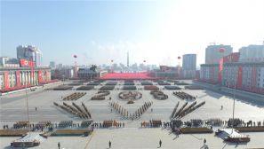 平壤金日成广场:朝鲜举行阅兵式庆祝建军70周年