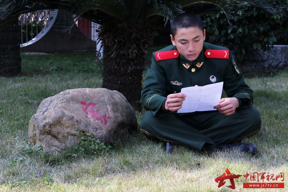 读起自己写的家信,官兵倍感温馨,深受激励。