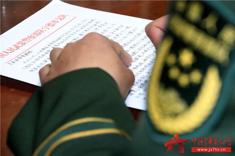通过写家信,官兵把内心最真实的想法说出来、感情表达出来。