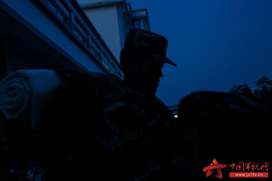 3天空微微破晓,班长倪磊便开始忙碌。