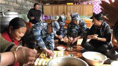 """村里来了""""活雷锋"""" 驻训分队走进藏族村寨"""