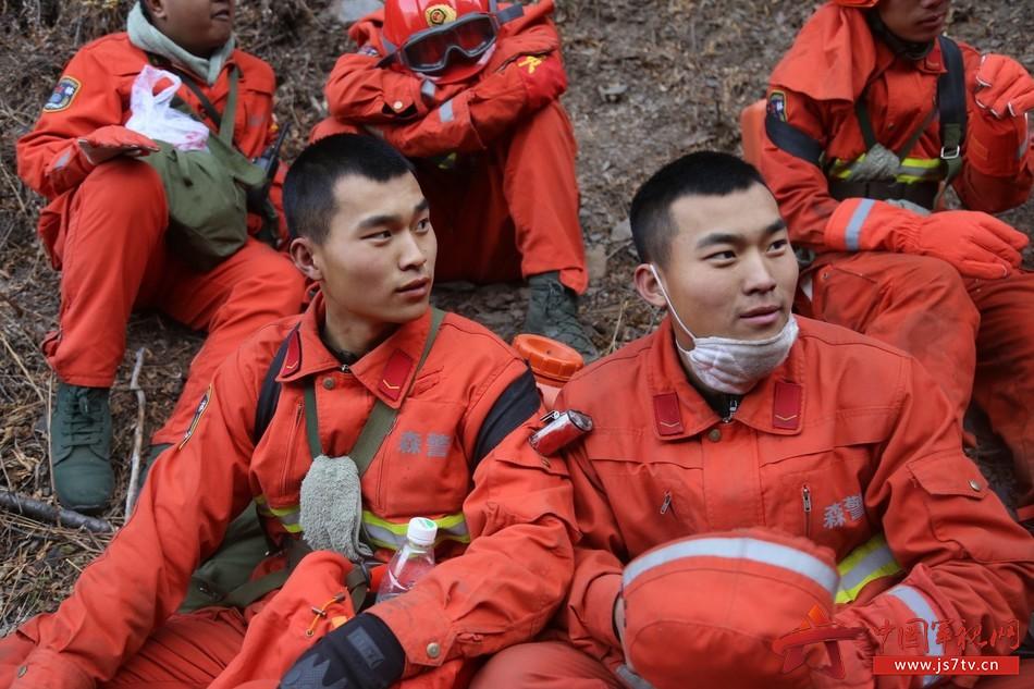陆涛和陆鑫在火场短暂相聚