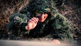日前,武警山西总队忻州支队依据武警部队新军事训练大纲组织狙击专业队员在复杂环境、陌生地域开展集中训练,提高狙击手在多样环境、各种情况下的打赢能力,逐步培养狙击手的应变能力。