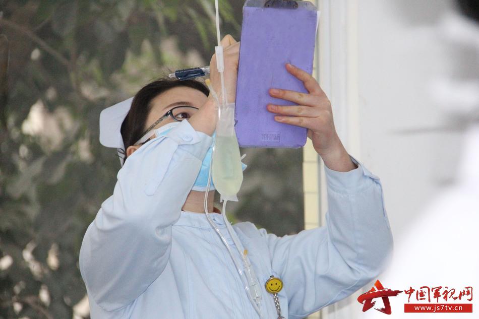 感染科护士在一次输液体之前,认真检查签名。李华时摄