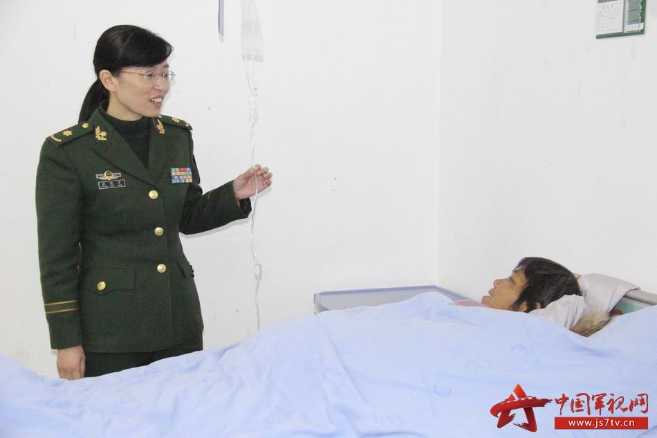 感染科主任张晓芳查完房后又一次来到病房,叮嘱患者注意饮食。李华时摄