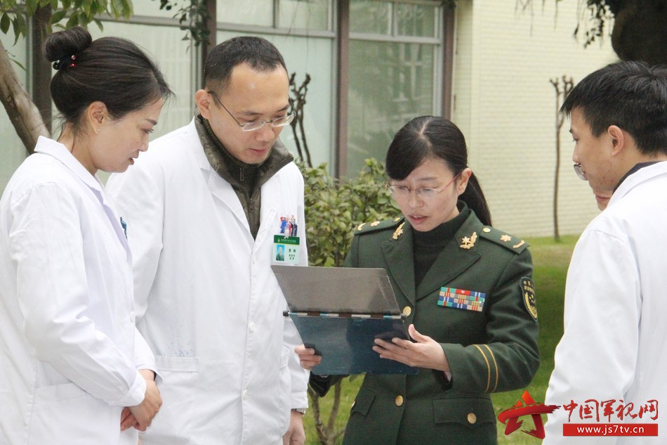 感染科主任张晓芳和医生讨论病历。李华时摄