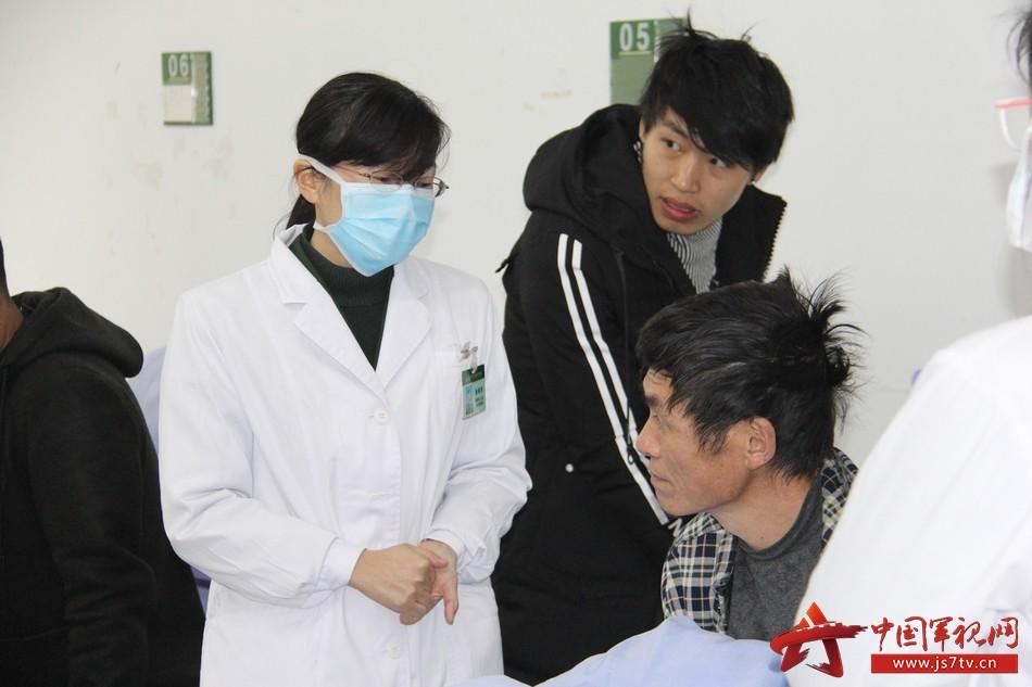 感染科主任张晓芳了解患者病情。李华时摄