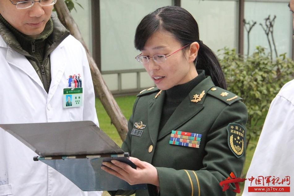 感染科主任张晓芳认真检查病历。李华时摄