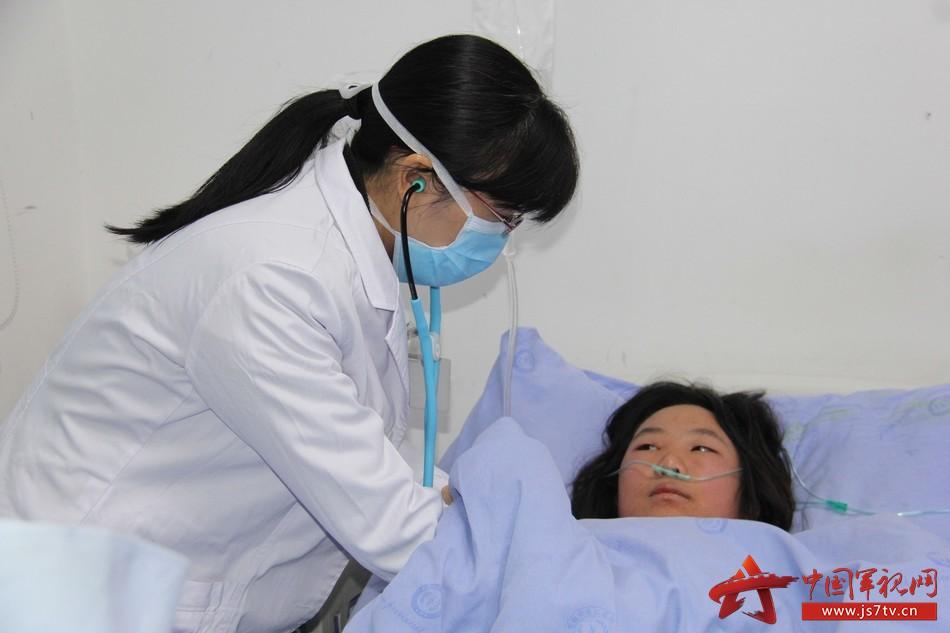 感染科主任张晓芳为患者认真检查。李华时摄