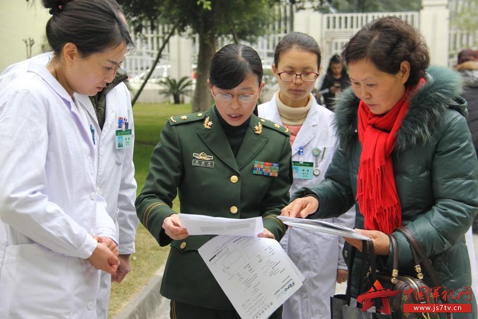 感染科主任张晓芳向患者说明检查情况。李华时摄
