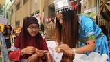 3月8日,在科威特首都科威特城,一名中国家长在科威特美国学校举办的活动上教其他国家家长包饺子。科威特美国学校8日组织活动,请各国学生家长展示各自国家的特色文化。新华社记者聂云鹏摄